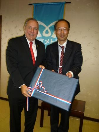 From left to right:  H.E. Alberto Vallarino, Minister of Economics and Finance of Panama and Mr. Takehito Masui, Senior Managing Director of Japan´s Metro.