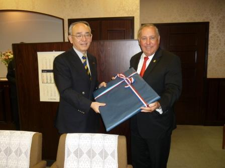 From right to left:  H.E. Alberto Vallarino, Minister of Economics and Finance of Panama and Mr. Naoki Minezaki, Vice-minister of Finance of Japan.