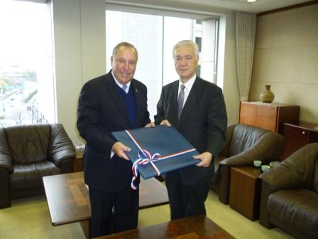 From left to right:  H.E. Alberto Vallarino, Minister of Economics and Finance of Panama and Mr. Hiroshi Watanabe, President of the Japan Bank for International Cooperation (JBIC)