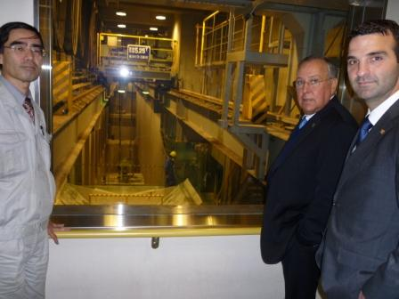 H.E. Alberto Vallarino, Minister of Economics and Finance of Panama and H.E. Jorge Kosmas Sifaki, Ambassador of Panama to Japan, receiving explanations about the waste treatment process on the Ariake Plant of the Metropolitan Government.