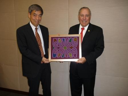 From right to left: H.E Alberto Vallarino, Minister of Economics and Finance of Panama and Mr. Izumi Takashima, Vice-president of the Japan International Cooperation Agency (JICA).