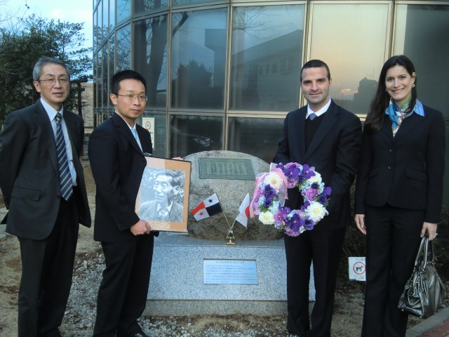 From left to right side, Mr. Yoshinori Itou, Deputy General Manager of the Arakawa Karyu River Office, Ministry of Land, Infrastructure, Transport and Tourism of Japan, Mr. Masaru Kojima, General Manager of the Arakawa Karyu River Office, H.E. Jorge Kosmas Sifaki, Ambassador of Panama to Japan, and his wife Mrs. Ileana de la Guardia de Kosmas, in front of the monument in honor of Mr. Akira Aoyama
