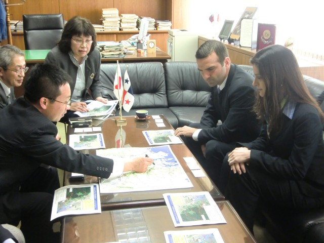 H.E. Jorge Kosmas Sifaki, Ambassador of Panama to Japan, and his wife Mrs. Ileana de la Guardia de Kosmas, hearing the explication of Mr. Masaru Kojima, General Manager of the Arakawa Karyu River Office, Ministry of Land, Infrastructure, Transport and Tourism of Japan