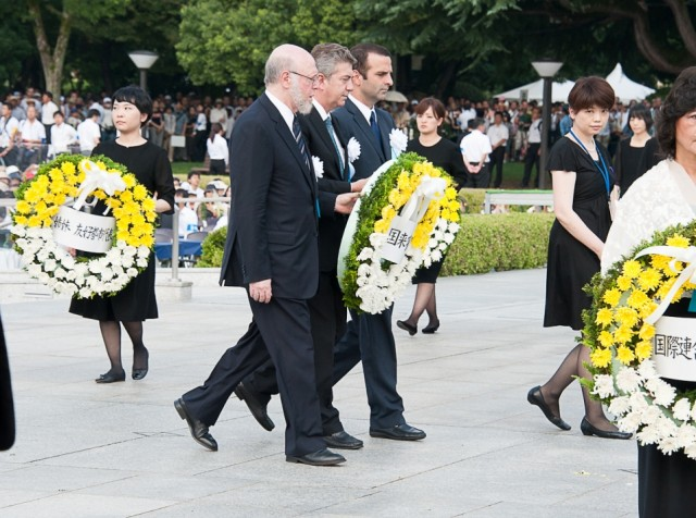 H.E. Jorge Kosmas Sifaki, Ambassador of Panama to Japan with the representatives from other countries, during the flower offering to the victims of the atomic bomb, as the representative of the Diplomatic Corps.