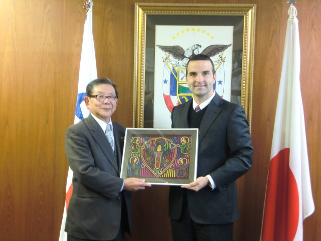 From right to left, H.E. Jorge Kosmas Sifaki, Ambassador of Panama to Japan and Mr. Takei Aoyama.