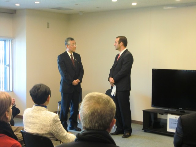 H.E. Jorge Kosmas Sifaki, Ambassador of Panama to Japan, delivering words of thankfulness to the Mayor of Kawagoe city, H.E. Yoshiaki Kawai, during the visit to this historical city.