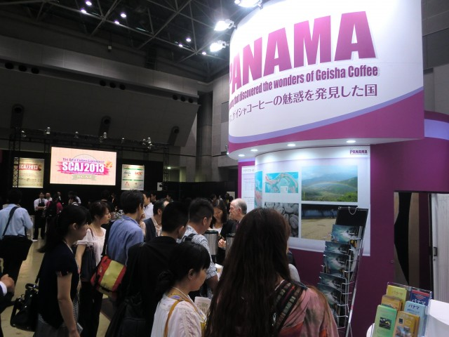 Visitors at the Panamanian Pavilion tasting the Geisha coffee.