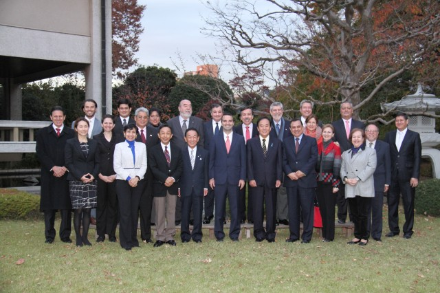 At the center, front row, H.E. Jorge Kosmas Sifaki, Ambassador of Panama to Japan. To his right, H.E. Kiyoshi Ueda, Governor of Saitama Prefecture, and to his left, H.E. Tokuji Hosoda, President of Saitama Prefectural Assembly.