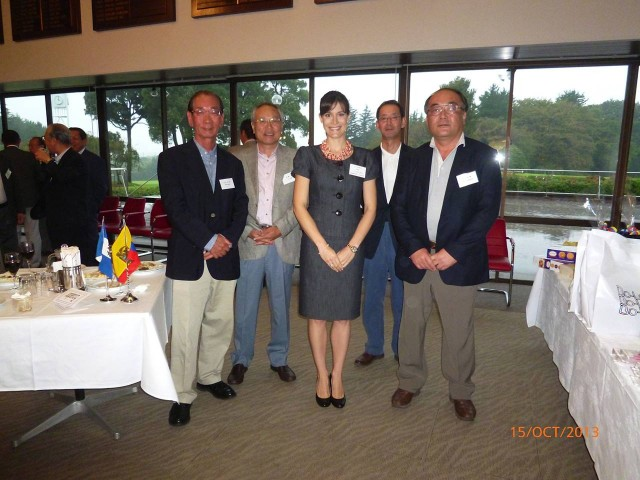 Mrs. Ileana de la Guardia de Kosmas, Wife of the Ambassador of Panama in Japan, together with Golf Tournament participants.