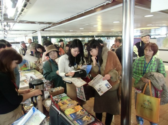 Visitors reading tourist information of Panama.