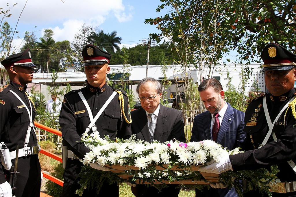 The Minister for Foreign Affairs of Panama, H.E. Álvarez De Soto and the Ambassador of Japan to Panama, H.E. Hiroaki Isobe, Ambassador of Japan to Panama offering a flower wreath to the victims of the earthquake and tsunami in Japan.