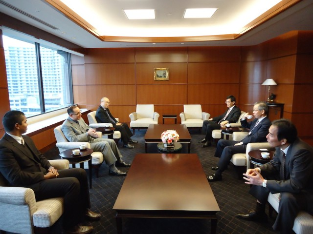 Ambassador Díaz exchanging opinions with the high representatives of Nippon Yusen Kaisha (NYK), on February 17th.