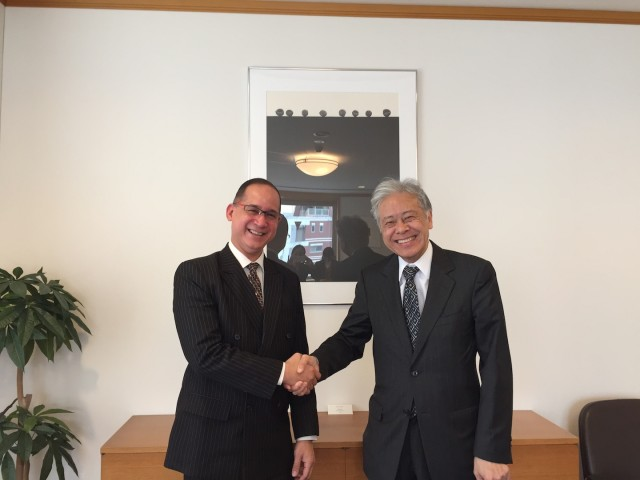 From left, H.E. Ritter N. Díaz, Ambassador of Panama to Japan, and Mr. Hiroyasu Ando, President of The Japan Foundation.