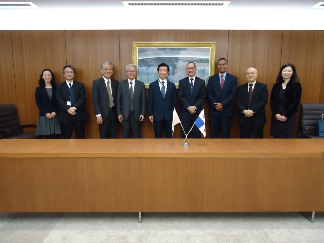 With the directors of Mitsubishi Logistics Corporation, March 3rd.