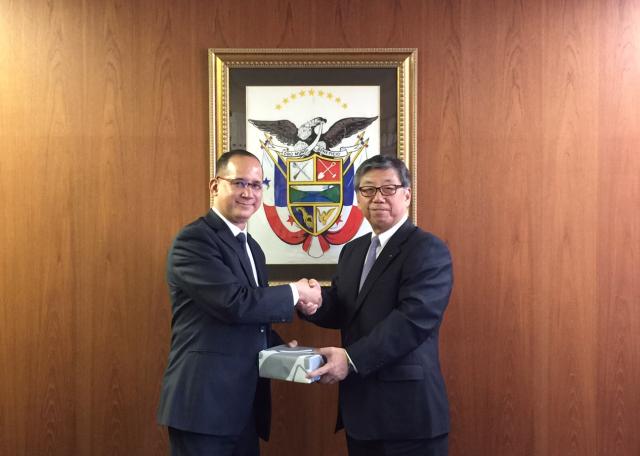 From left, H.E. Ritter N. Díaz, Ambassador of Panama to Japan and Mr. Jiro Asakura, President of The Japanese Shipowners' Association (JSA) and President of Kawasaki Kisen Kaisha Ltd. (K-Line).