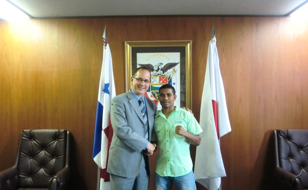 From left, H.E. Ritter N. Díaz, Ambassador of Panama to Japan and Panamanian boxer, Walter Tello Hernández