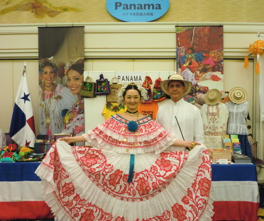 From right to left, H.E. Ritter Díaz, Ambassador of Panama in Japan, and his wife, Ayana Hatada, at the Panamanian booth