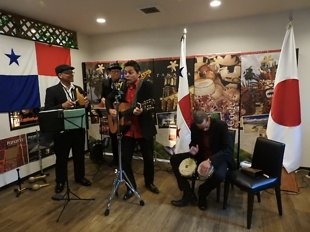 Local artists performing Panamanian songs