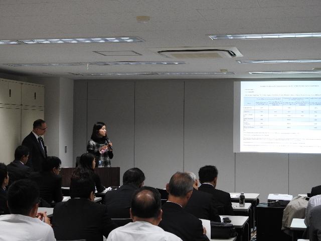Sra. Tomoko Akino, explicando sobre los descuentos de la Autoridad Marítima  de Panamá