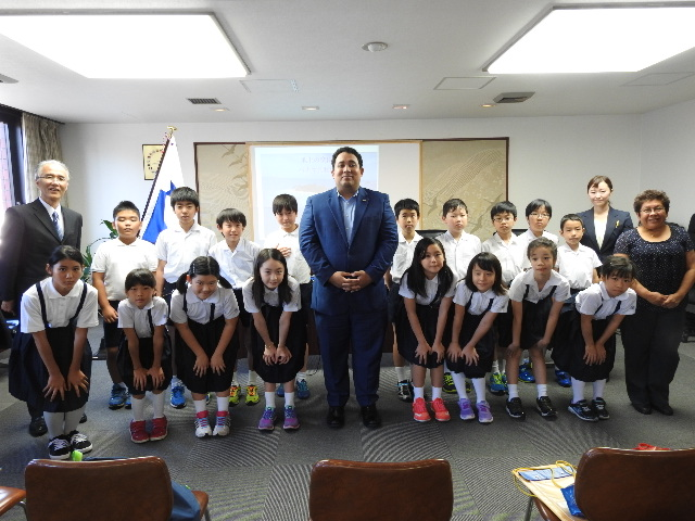 Center: Mr. David De Leon, Economic Counsellor of the Embassy of Panama with the students of Chuo Elementary School