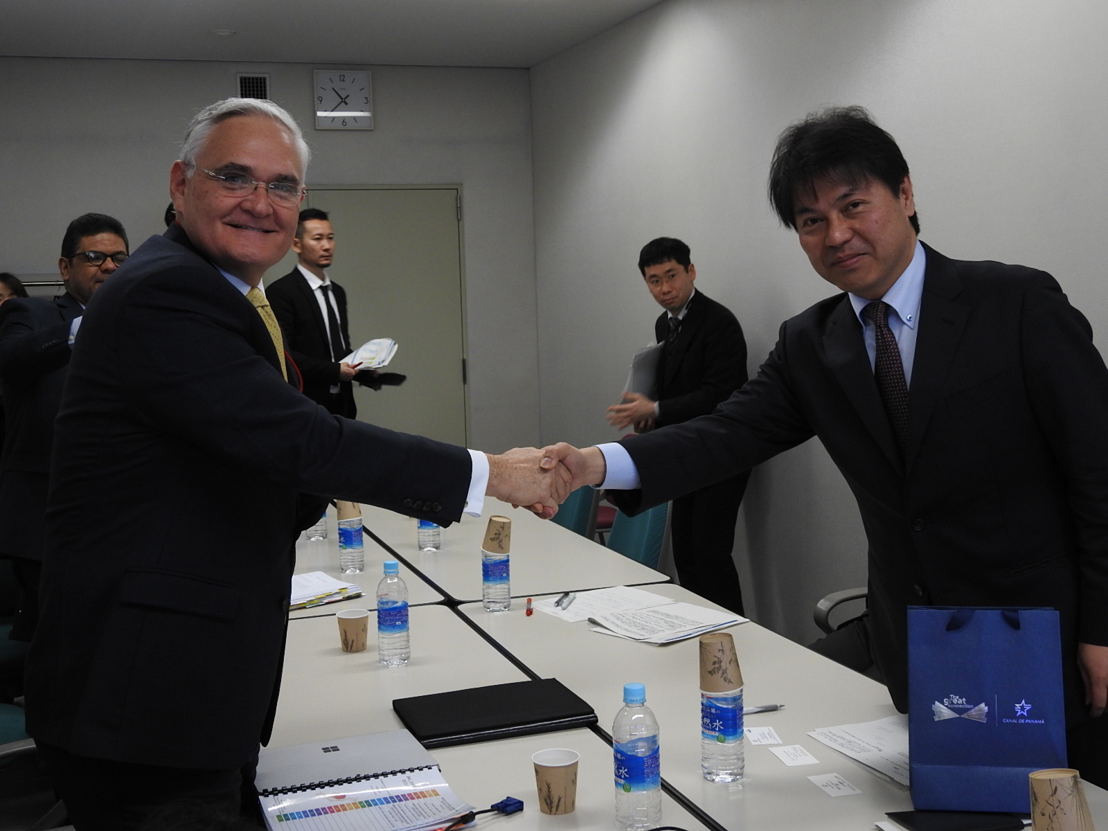 From the left, Administrator Quijano and Mr. Ryuichi Yamashita, Director-General of Oil, Gas and Mineral Resources Department of the Agency for Natural Resources and Energy