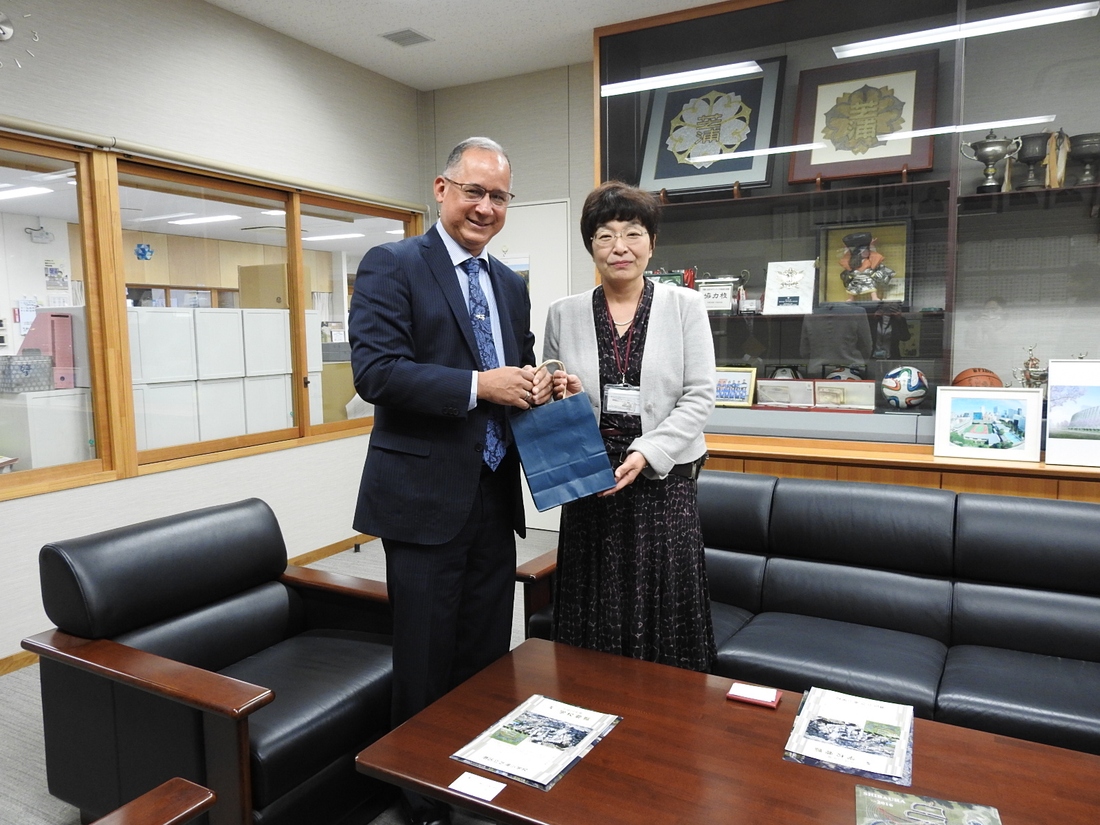 H.E. Ritter N. Díaz, Ambassador of Panama in Japan, together with Ms. Akiko Mikami Deputy Principal of Shibaura Elementary School.