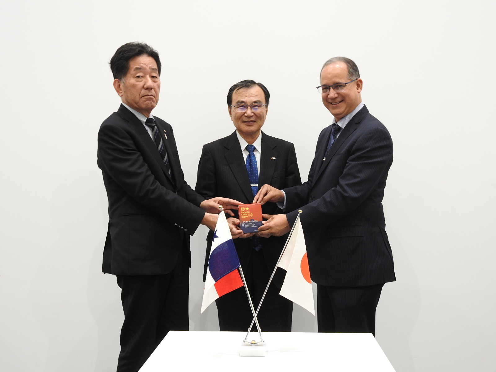 From the right, the Ambassador Diaz, President Tokuhisa and the Chairman Suzuki of  Saza Coffe Co., Ltd.