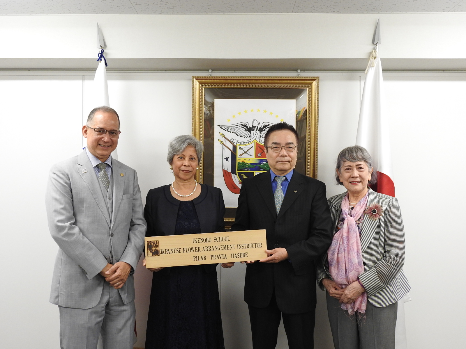 From the left, Ambassador of Panama in Japan, Mrs. Pilar Hasebe, President Kubota and Mrs. Abe, Teacher of Ikebana, Ikenobo.