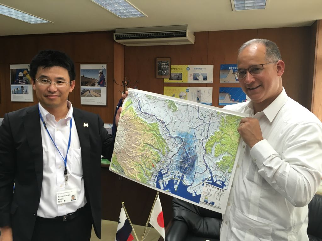Receving a embossed map of Arakawa River and Tokyo as a gift from Director of museum.