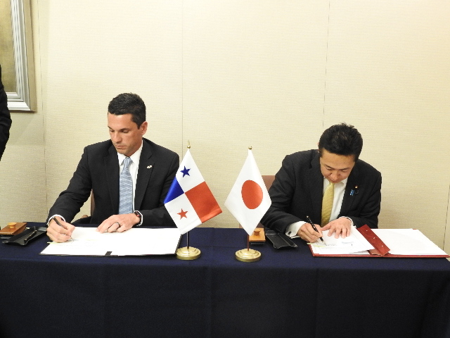 From left:H.E. Luis Miguel Hincapie, Vice-Minister of Foreign Affairs of Panama and H.E. Hitoshi Kikawada, Parliamentary Vice-Minister of Foreign Affairs of Japan, signing in the Memorandum of Cooperation
