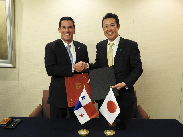 Vice-Minister Hincapie and Parliamentary Vice-Minister Kikawada, shaking hands