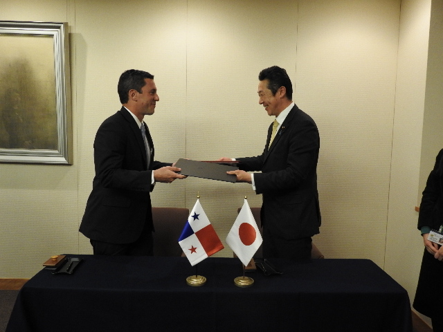 Vice-Minister Hincapie and Parliamentary Vice-Minister Kikawada, exchanging the Memorandum of Cooperation after signing