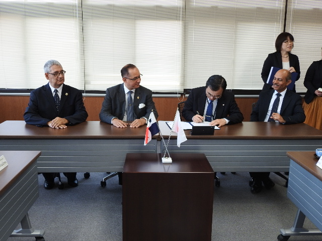 Second from right:Dr. Takeshi Tokuhisa, President of Chiba Universitym, signing in the agreements