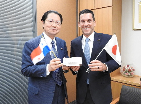 From left:Mr. Seishiro Eto, Member of the House of Representatives、Vice-Minister Hincapie