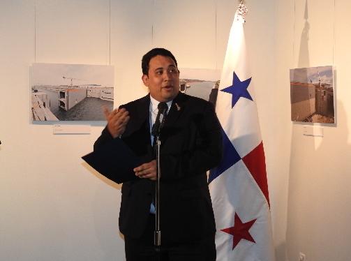 駐日パナマ大使のメッセージを伝えるダビッド・デ・レオン臨時代理大使