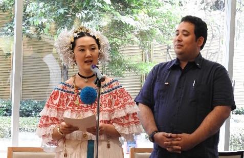 Mrs. Ayana Hatada, Wife of Ambassador of Panama to Japan, giving a toast