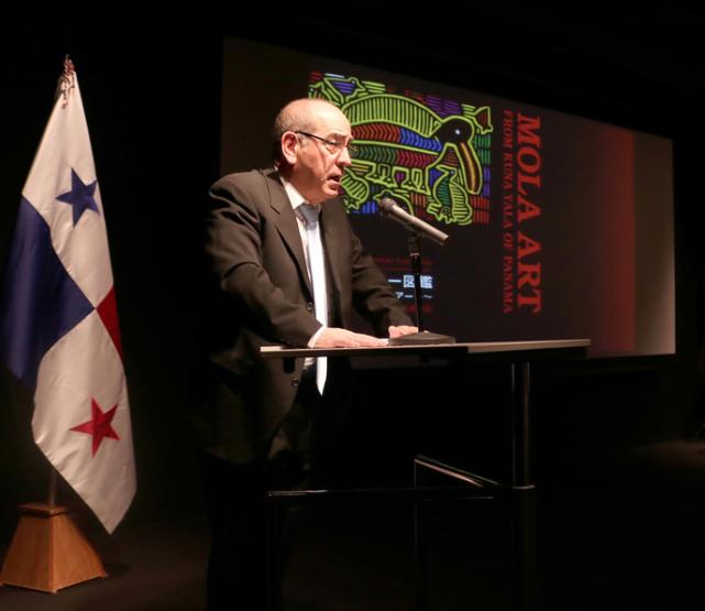 講演会で歓迎の辞を述べるセルバンテス文化センター東京のアントニオ・ヒル・デ・カラスコ館長