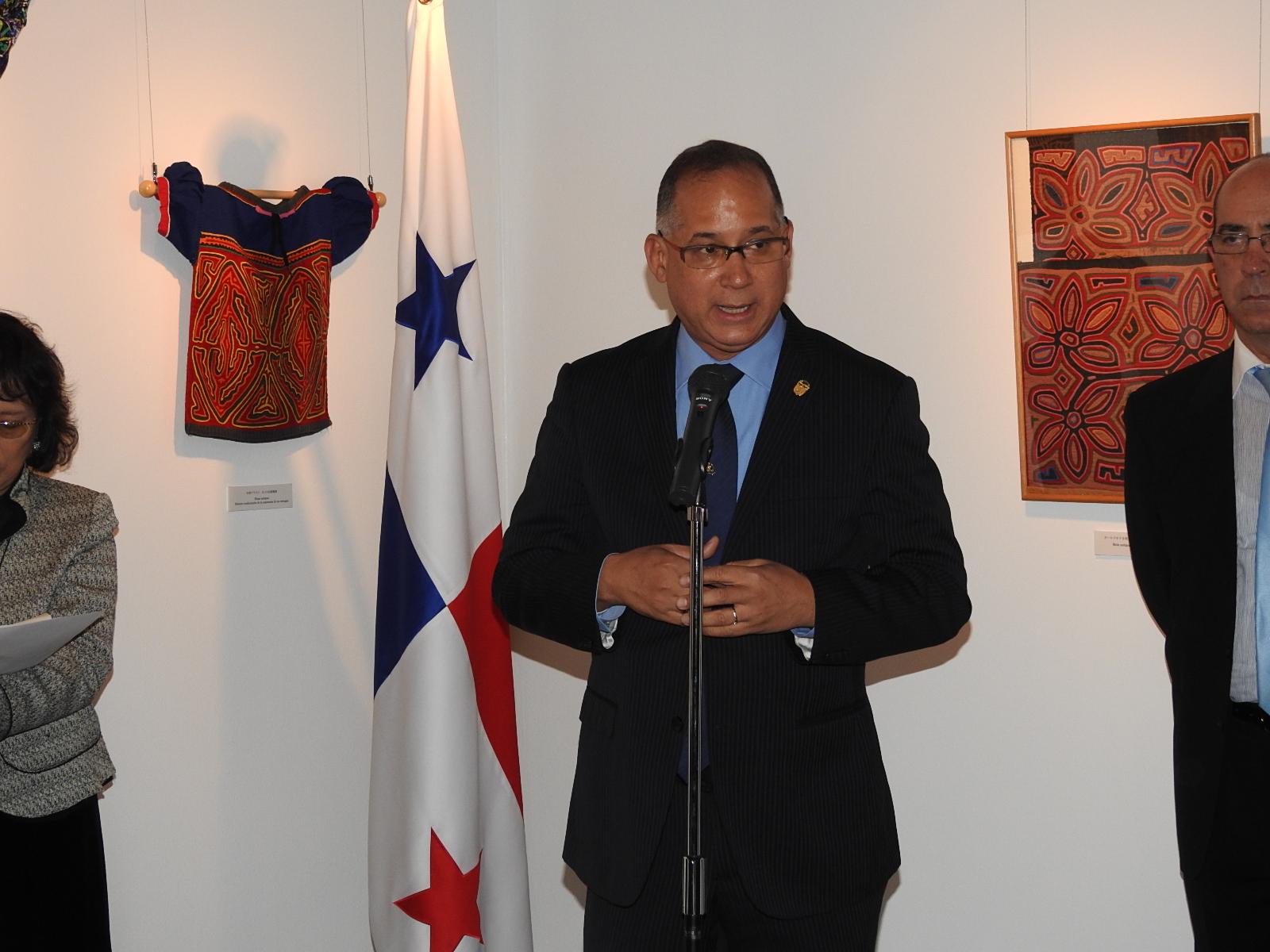 展示会開催記念カクテルで開会の辞を述べるリッテル・ディアス駐日パナマ大使