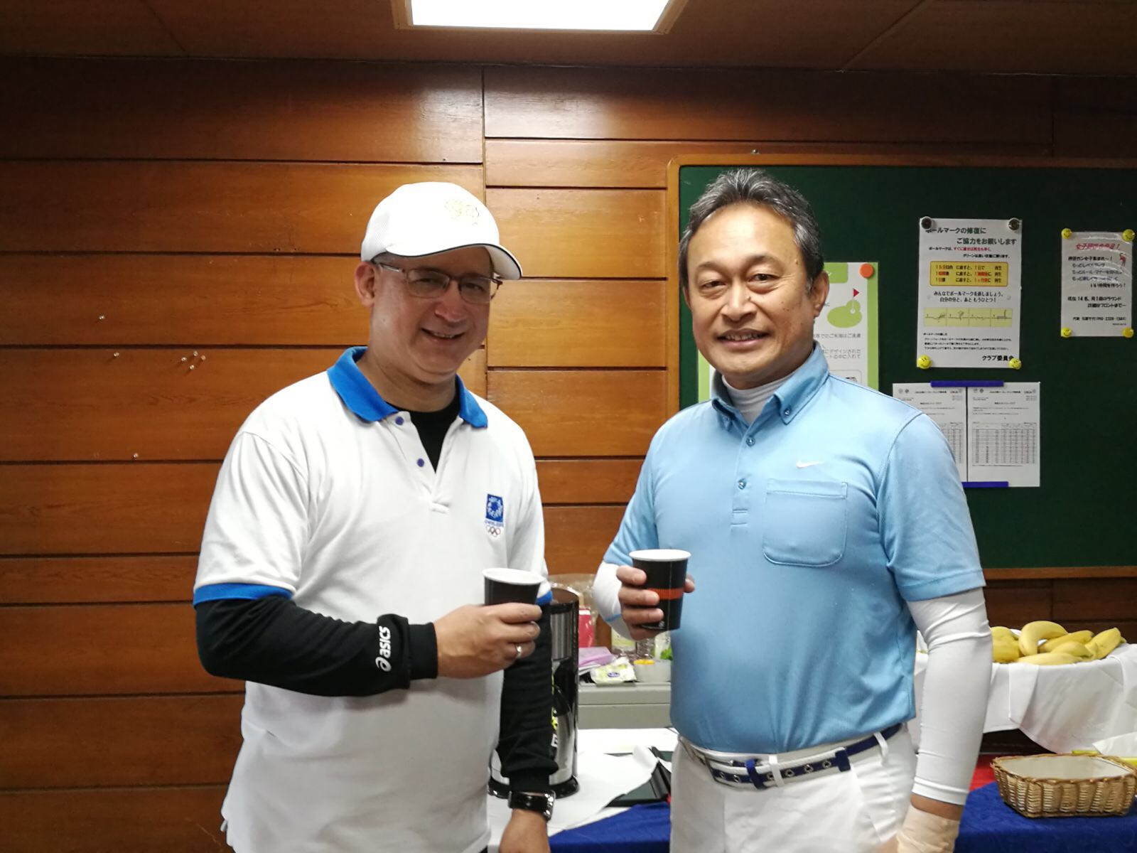 From left: H.E. Ritter N. Díaz, Ambassador of Panama to Japan, H.E. John Fritz, Ambassador of the Federated States of Micronesia and President of the Association of Ambassados Golfers of Japan