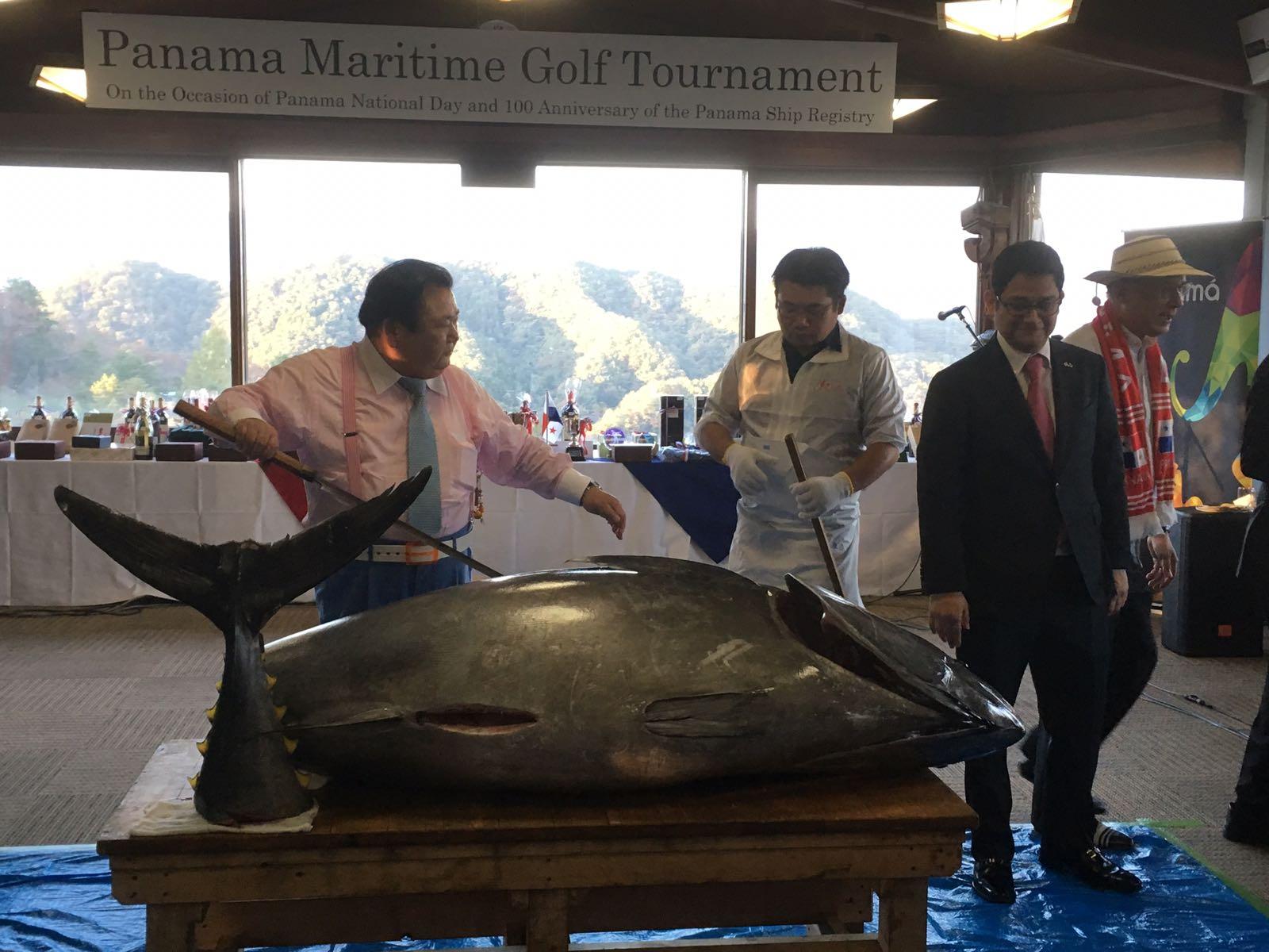 230 kgのマグロの解体ショーを行う「すしざんまい」木村清社長