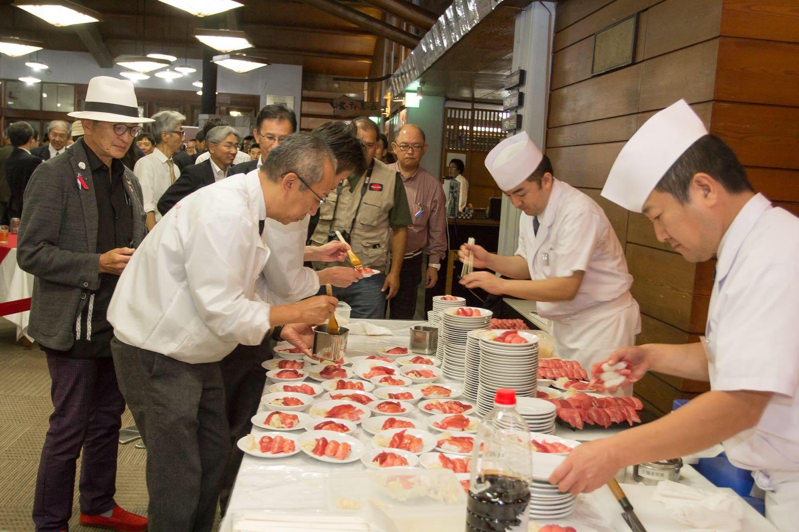 すしざんまいによる寿司を楽しむ参加者