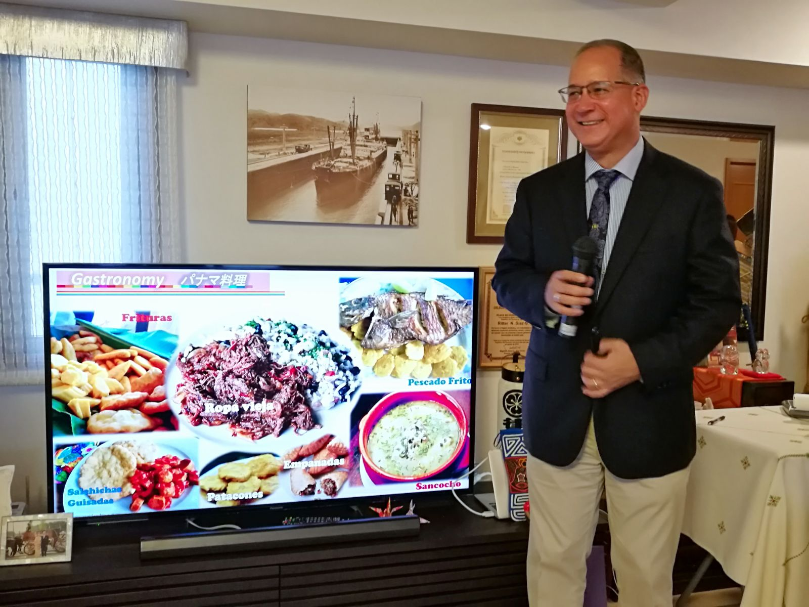 H.E. Ritter N. Diaz, Ambassador of Panama to Japan, explaining about Panamanian gastronomy