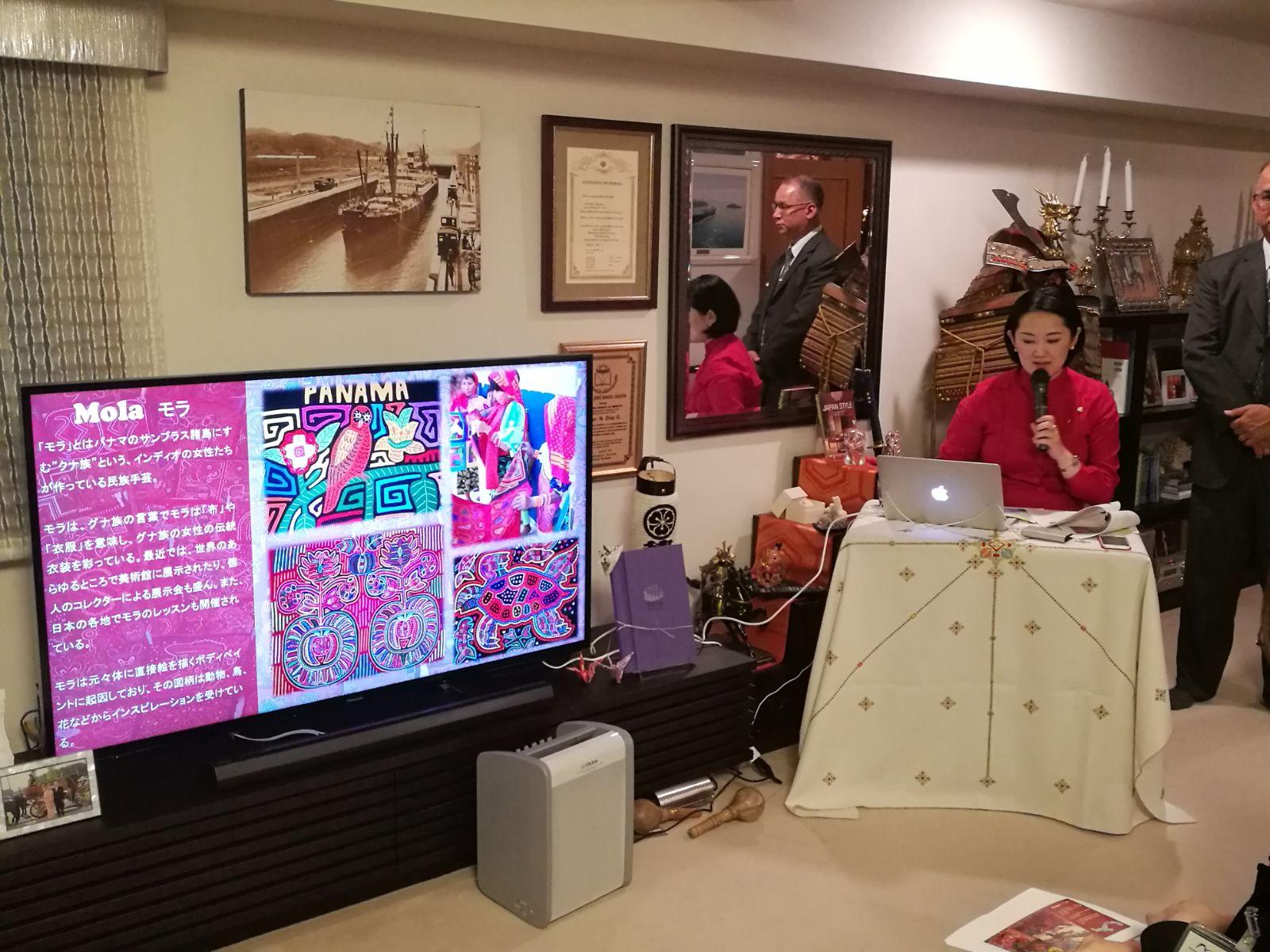 パナマの紹介プレゼンテーションを行う畑田紋奈大使夫人