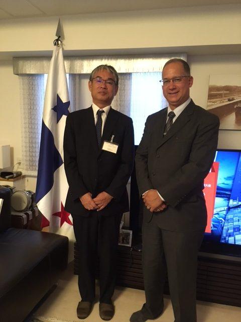 左から:檀原徹典ミキツーリスト社長とディアス大使