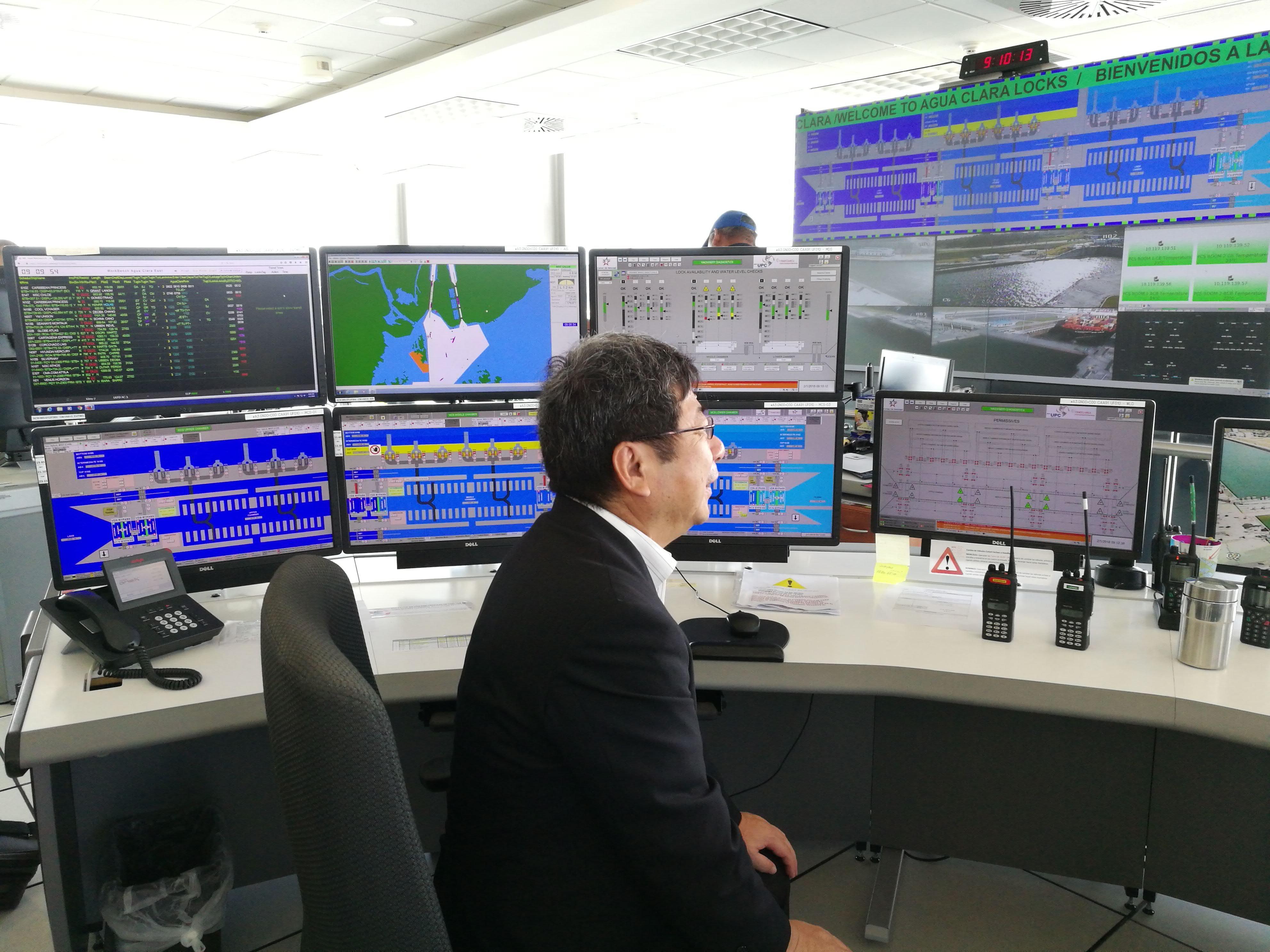 Deputy Mayor Ochi, trying the operation of the Agua Clara Lock