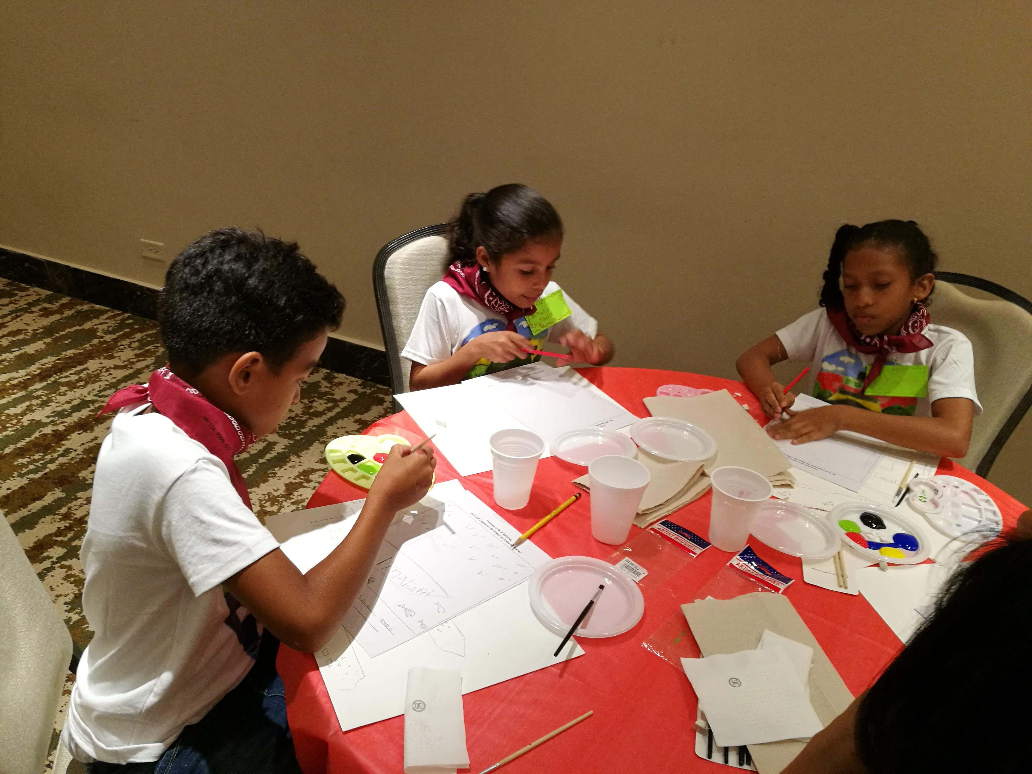 絵を描く生徒たち