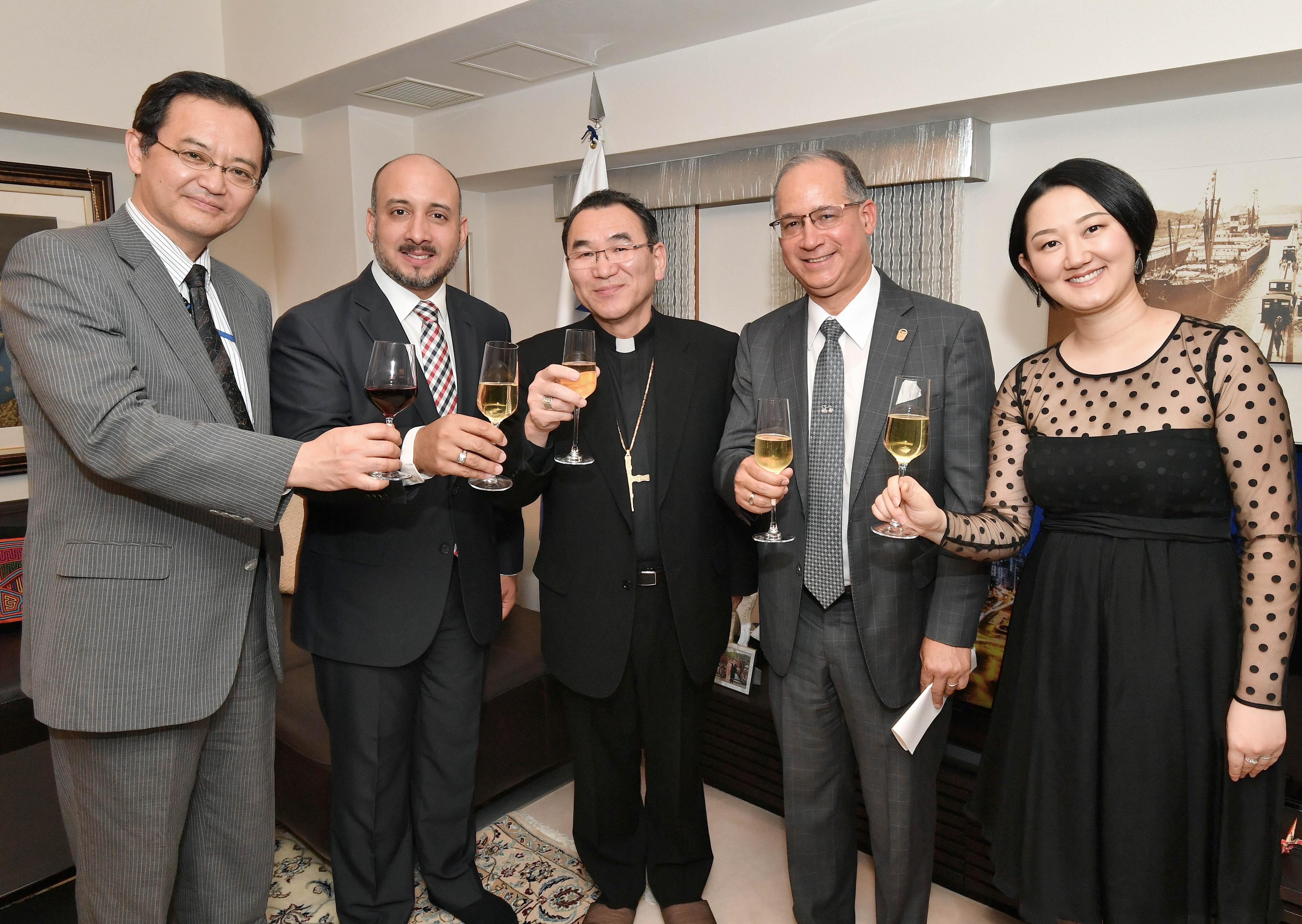(左から),外務省中南米局長、パナマ海事庁長官、東京大司教、駐日 パナマ大使、大使夫人、東京大司教による乾杯の様子