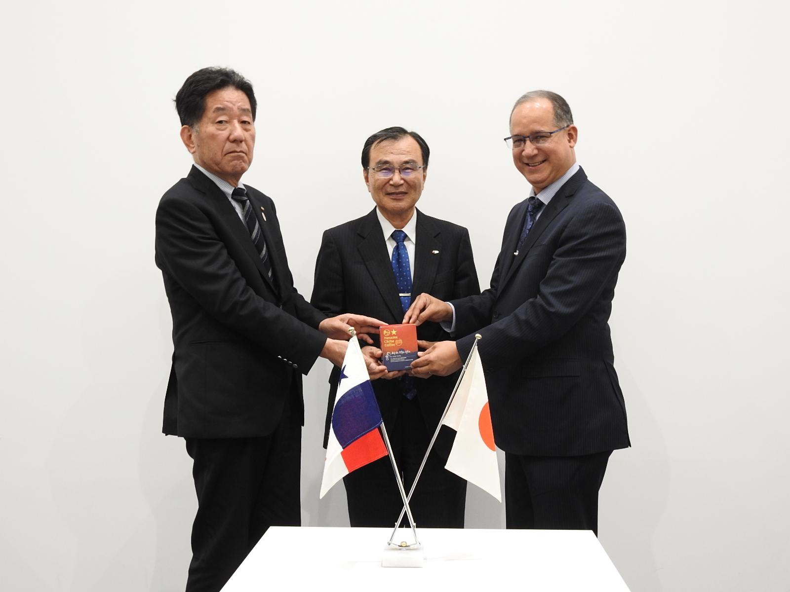 右からディアス大使、徳久学長、鈴木会長