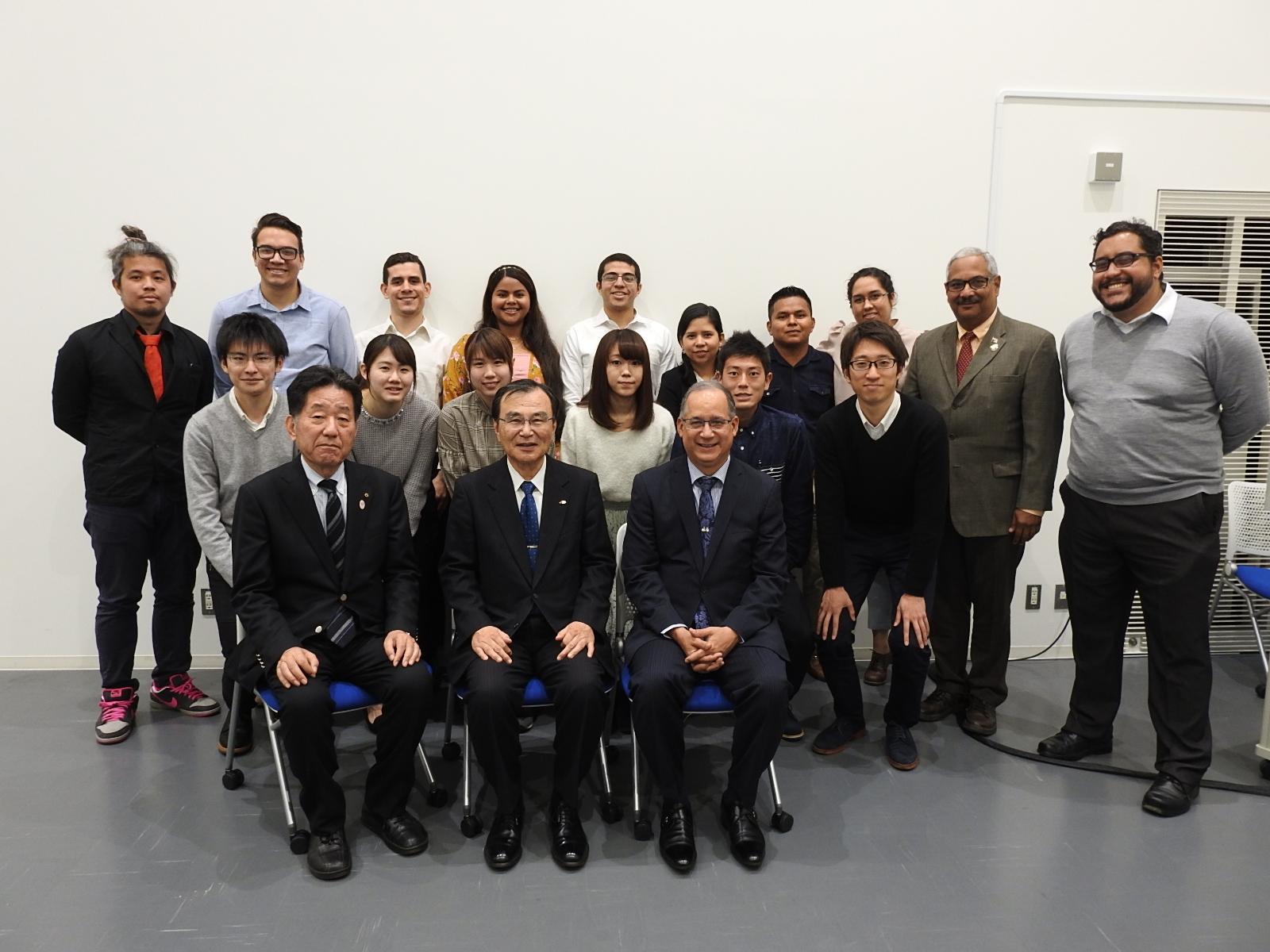 ディアス大使、徳久学長、鈴木会長、パナマ大学、パナマ工科大学、千葉大学の教授、学生とともに
