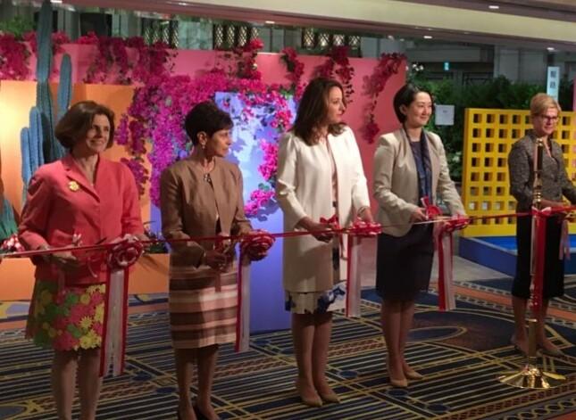 開会式典でリボンカットを畑田紋奈パナマ大使夫人